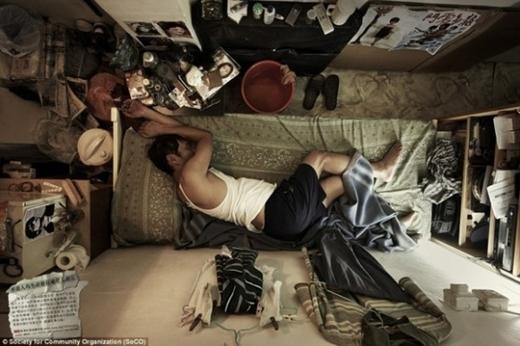 """Với chiếc giường """"khiêm tốn"""", một người trưởng thành khó có thể duỗi thẳng chân tay để thư giãn sau ngày dài.   Mọi sinh hoạt ăn uống, giải trí, ngủ nghỉ đều diễn ra trên cùng một phạm vi chật hẹp."""