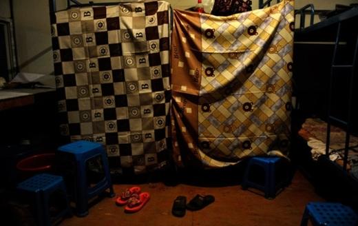 """Ranh giới giữa các """"phòng ngủ"""" chỉ được phân cách bằng các tấm màn mỏng."""