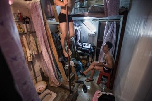 """Dù rất khó tin nhưng đây là sự thật: Nhà vệ sinh """"hiện hữu"""" ngay bên trong gian nhà ở, và hoàn toàn không có tường bao quanh! Sự thiếu thốn cực độ về không gian khiến người trọ chỉ có thể dùng màn che thay vách ngăn. Chỉ nhìn hình thôi cũng đủ tưởng tượng việc sinh hoạt tại nơi này khổ sở đến thế nào."""