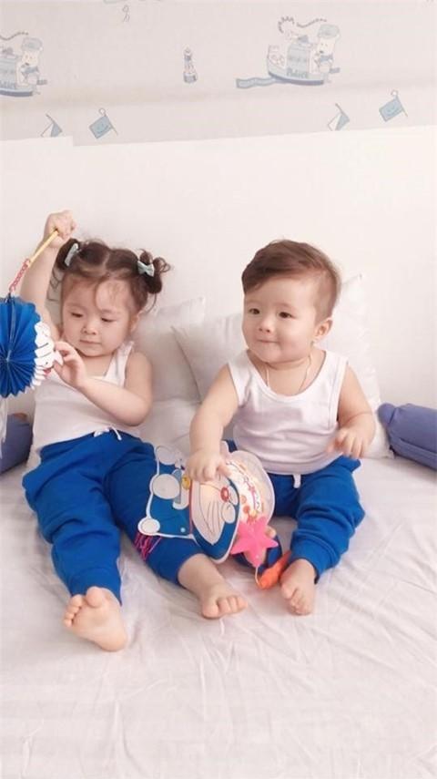 Một nămsau khi Cadie Mộc Trà chào đời, Elly Trần tiếp tục mang thai và hạ sinh cậu con trai Alfie Túc Mạch vào giữa tháng 11/2015 bằng phương pháp sinh mổ. - Tin sao Viet - Tin tuc sao Viet - Scandal sao Viet - Tin tuc cua Sao - Tin cua Sao
