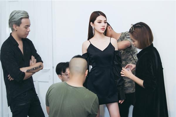 Jolie Nguyễn háo hức thử trang phục chuẩn bị làm vedette