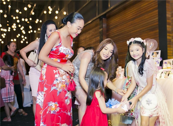 Bé Sol cùng mẹ Đoan Trang diện đầm đỏ nổi bật đến mừng sinh nhật của bé Bảo Tiên. - Tin sao Viet - Tin tuc sao Viet - Scandal sao Viet - Tin tuc cua Sao - Tin cua Sao