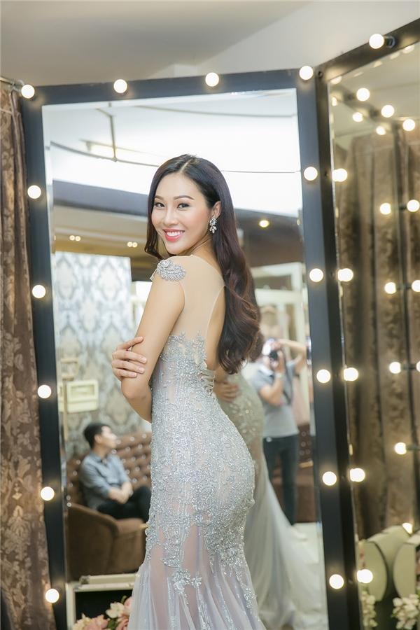 Bên cạnh đó, nhà thiết kế Anh Thư còn chuẩn bị cho Hoa khôi Áo dài những thiết kế lộng lẫy phù hợp tham dự các buổi tiệc quan trọng trong khuôn khổ Miss World 2016.