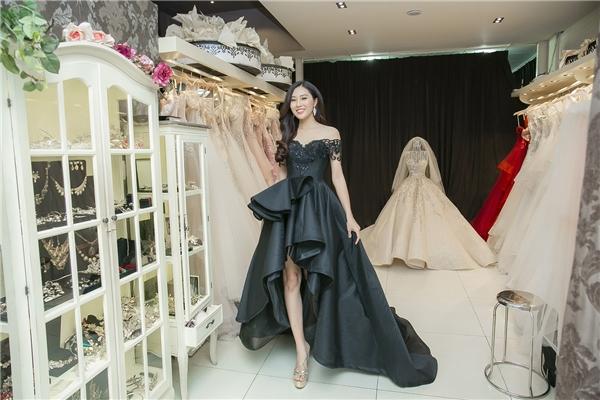 Diệu Ngọc háo hức thử trang phục dạ hội dự thi Miss World 2016