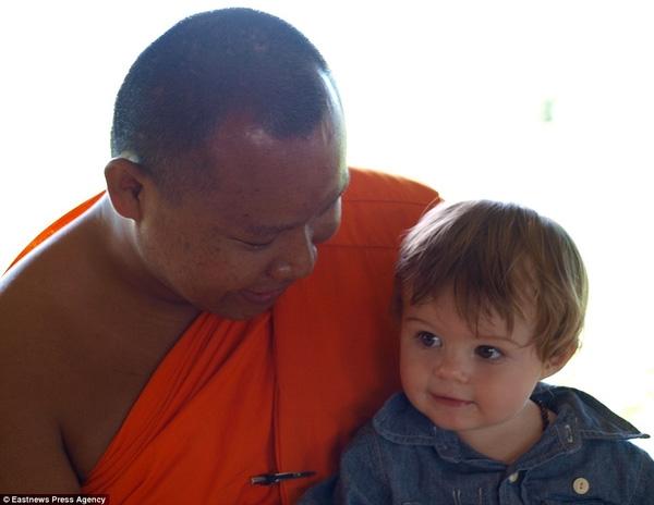 Alfred có dịp chụp ảnh với một thầy tu tại Thái.