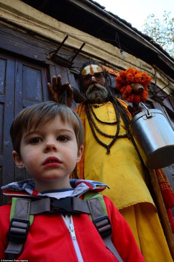 Cậu bé đã có những trải nghiệm thú vị tạiKathmandu, Nepalnhư ngủ trong nhà trên cây, vẽ voi, xây lâu đài cát...