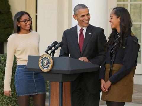 Tổng thống Barack Obama cùng hai con gái Sasha (trái) và Malia (phải) trong ngày Lễ Tạ ơn năm ngoái tại vườn hồng thuộc khuôn viên Nhà Trắng. (Ảnh: Getty Images)