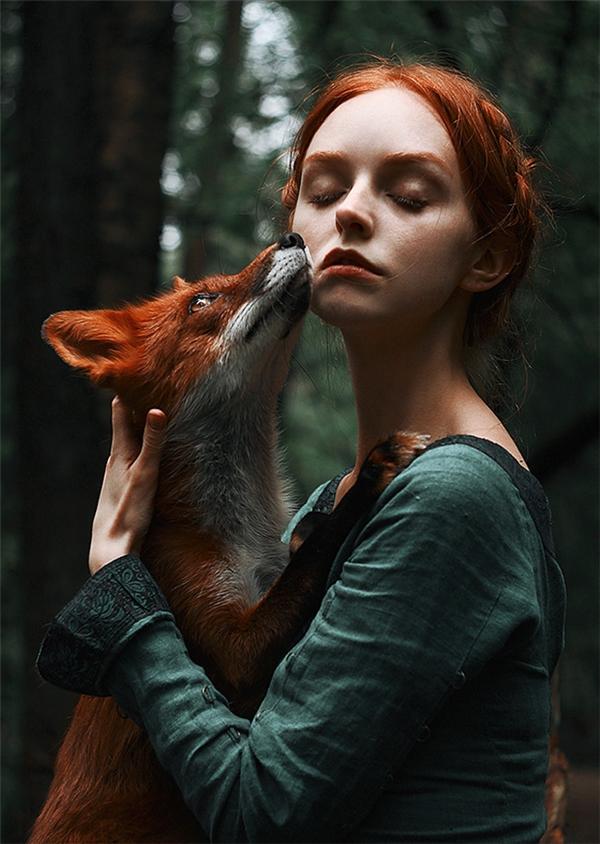 Sự kết hợp của người con gái mộng mơ cùng chú cáo lửa tạo nên khung cảnh nên thơ như trong những câu chuyện cổ tích.