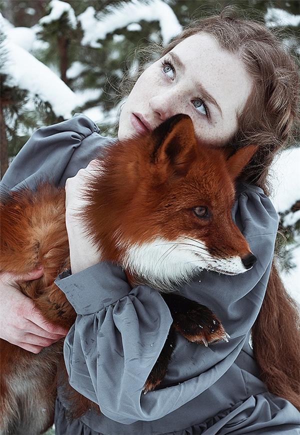 Đôi bạn thân cô bé tóc hung Olga và chú cáo Alice.