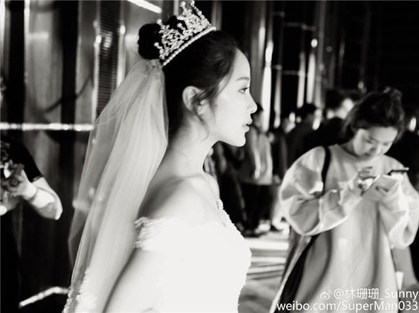 San San xuất hiện như công chúa trong hôn lễ.