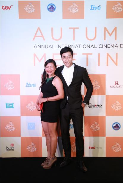 """Linh Sơn cùng nữ diễn viên """"Tôi thấy hoa vàng trên cỏ xanh"""" rạng rỡ trong đêm trao giải."""