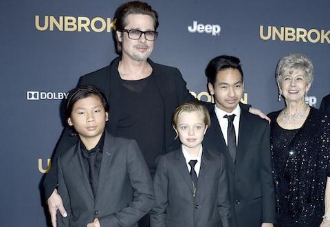 Pax Thiên bên gia đình bố mẹ nuôi nổi tiếng.