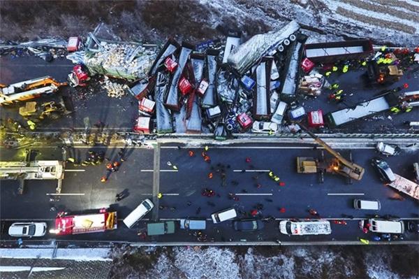 Hiện trường vụ 56 xe đâm liên hoàn ở Trung Quốc.