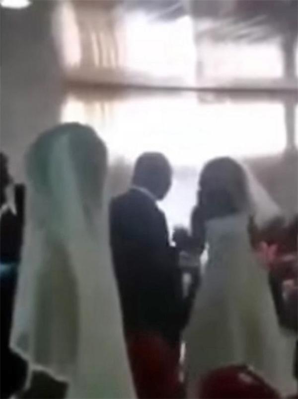"""Đám cưới """"oái oăm"""" khi có tận 2 cô dâu và 1 chú rể. (Ảnh cắt từ clip)."""