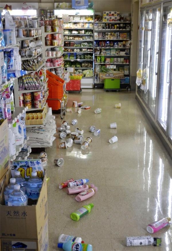 Động đất khiến đồ đạc ngổn ngang tại một cửa hàng tự chọn. (Ảnh: Internet)
