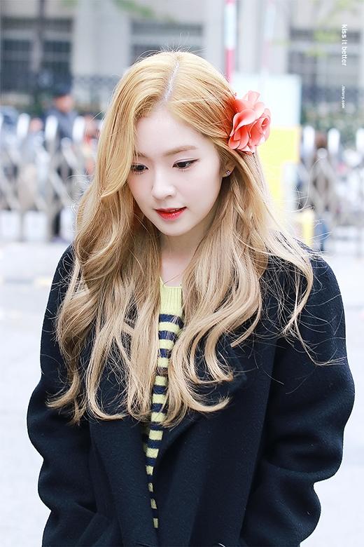 Cô nàng nổi bật với mái tóc nhuộm tôn làn da trắng không tì vết.
