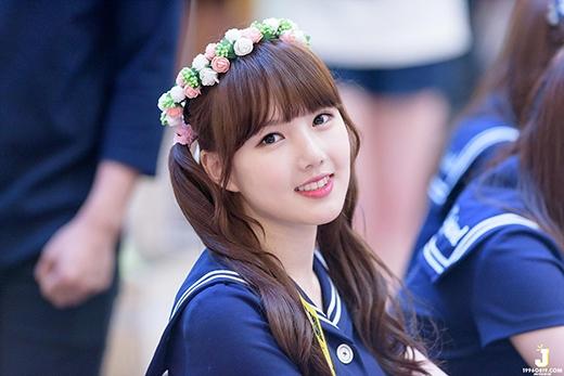 Tuy không có nhan sắc lung linh, nhưng Ye-Rin đã khiến bao trái tim xao xuyến với vẻ đáng yêu và khuôn mặt trẻ thơ bầu bĩnh.