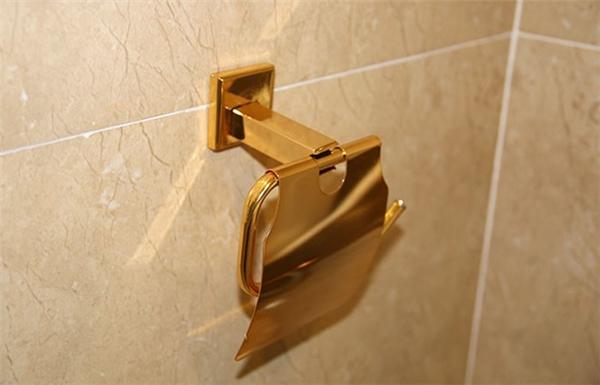 Thậm chí cả thiết bị để giấy vệ sinh cũng được mạ vàng.