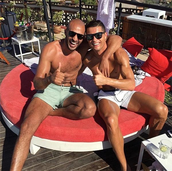 Ronaldo và võ sĩBadr Harikhông đơn thuần chỉ là bạn bè. (Ảnh: internet)