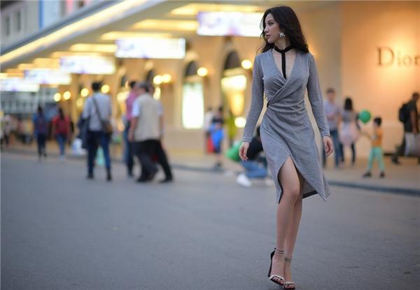 """Trong những tông màu đơn giản nhưng luôn bắt mắt và tinh tế, Hạnh Sino thả dáng trên phố """"ngầu"""" và chất chẳng kém một người mẫu thực thụ nào."""