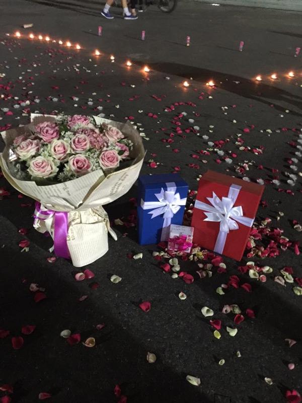 Không thiếu hoa và quà. (Ảnh: FB)