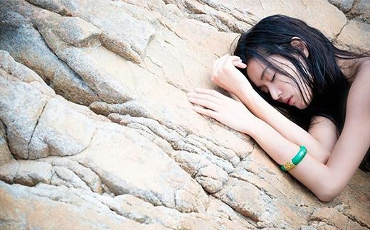 Nàng tiên cá Sim Chung bị sóng dạt vào bờ, tuy chỉ thấy nửa mặt nhưng vẫn toát lên nét đẹp khó cưỡng