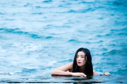 Vẻ đẹp nữ thần với mái tóc dài đen nhánhcủa nàng tiên cá Jeon Ji Hyun.