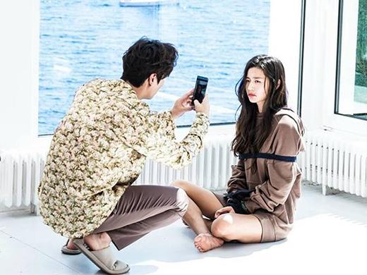 Jun Jae không thể chịu nổi những trò phá quấy của Shim Chung nên đã trói nàng lại, hòng nhờ sự trợ giúp của cảnh sát mà thoát khỏi cảnh trớ trêu.