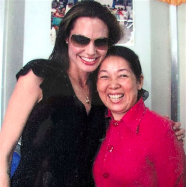 Cô Xuyến chụp ảnh cùng Angelina Jolie vào năm 2007.