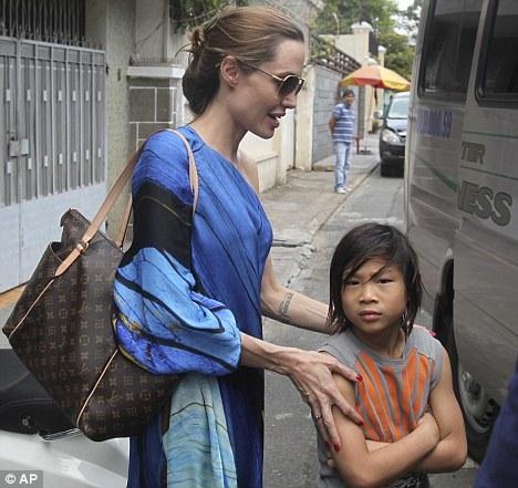 """Năm 2011,Angelina đưa Pax Thiênvề Việt Nam nhưng không ghé Trung tâm Tam Bình như lời hứa :""""Tôi sẽ trở lại sớm"""" của cô. Trung tâm cũng cho biếtkể từ sau khi nhận con, Angelina không đóng góp hỗ trợ cho họ, tờ New Idea trích lời."""