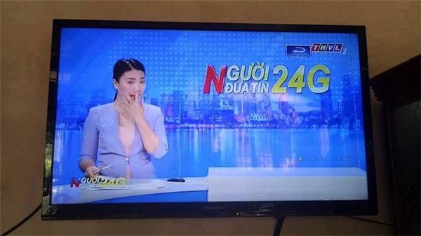 MC vô tình ngoáymũi trên sóng truyền hình.