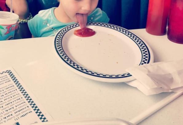 Thè lưỡi liếm vào đồ ăn.