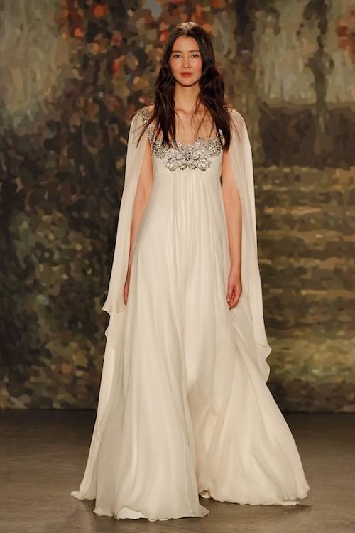 Áo kết hợp cùng cape cô dâu trông giống một nữ thần