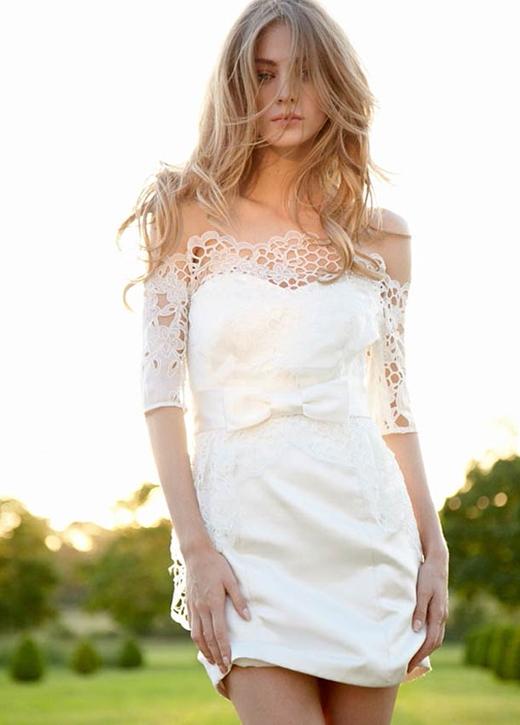 Tuy không dài thước tha như thường thấy, nhưng mẫu váy cưới ngắn của Hayley Paige cũng mang sự ngọt ngào từ kết hợp của chất liệu vải bóng và ren.