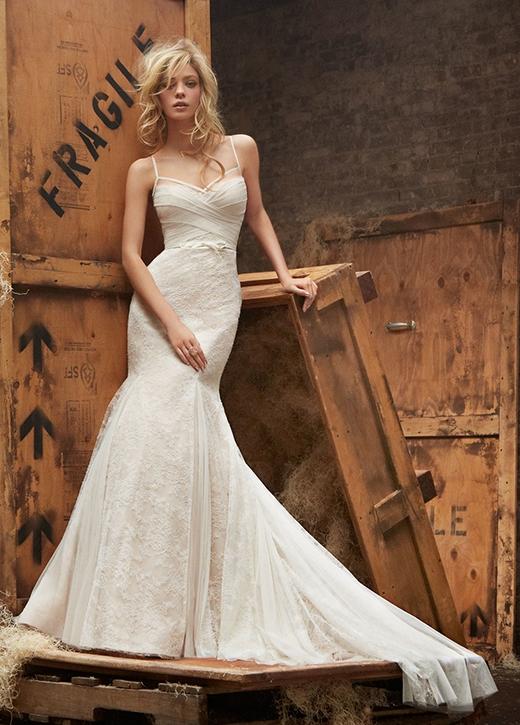 Bên cạnh những mẫu váy ngắn, váy xòe rộng, đầm đuôi cá là kiểu dáng không thể thiếu trong các mẫu sưu tập áo cưới.