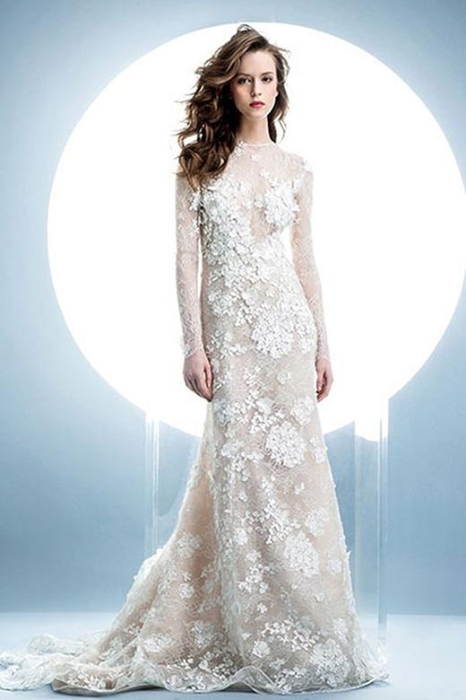 Váy cưới ren phối hoa, tuy tay dài nhưng không tạo cảm giác bí bách, ngược lại rất kín đáo và dịu dàng.