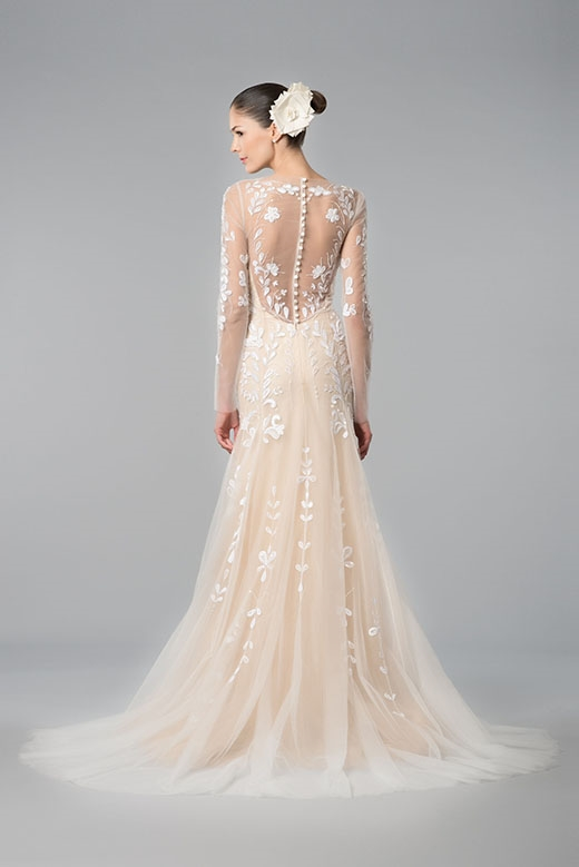 Các cô dâu trông vẫn hiện đại trong những đường nét truyền thống của thiết kế.