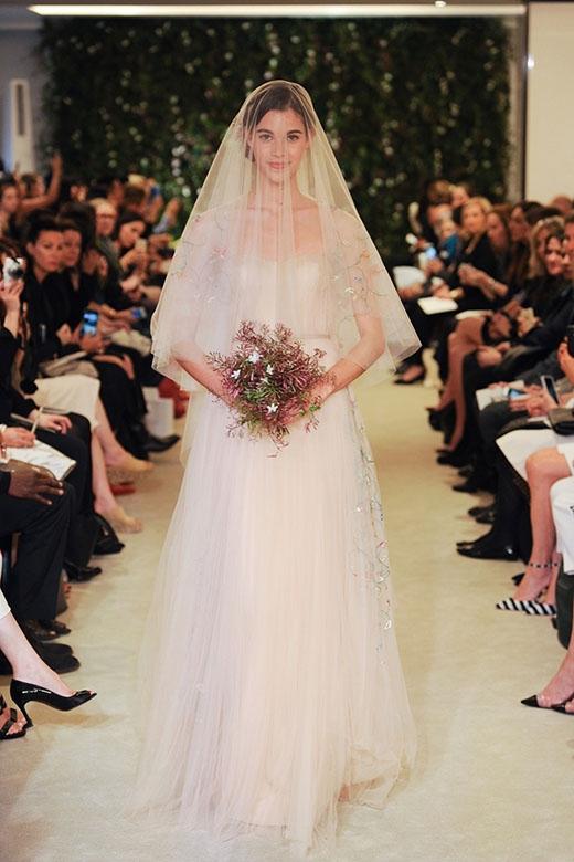 Thiết kế phù hợp những các cô gái trang nhã, hài hòa giữa hiện đại và truyền thống.