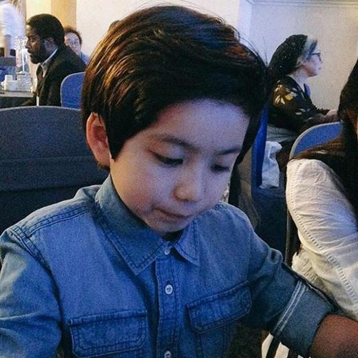 Tuy không giữ được vẻ đáng yêu như khi còn bé, Mason hiện tại chững chạc hơn và rất đẹp trai.