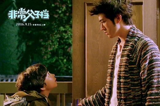 """Diễn biến chính của bộ phim: Sau khi biết được 10 năm trước cậu sinh ra nhờ thụ tinh nhân tạo, Tae Bong quyết định đến Trung Quốc để gặp mặt ông bố """"sinh học"""" của mình. Vẻ mặt vừa phấn khích vừa tò mò của cậu bé khi lần đầu tiên gặp bố."""