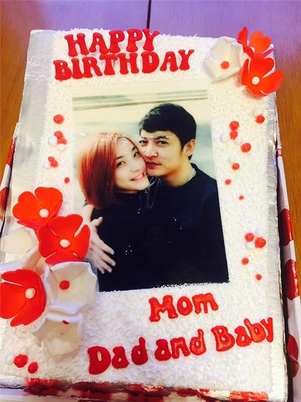 Chiếc bánh sinh nhật dễ thương in hình của cặp đôi. - Tin sao Viet - Tin tuc sao Viet - Scandal sao Viet - Tin tuc cua Sao - Tin cua Sao