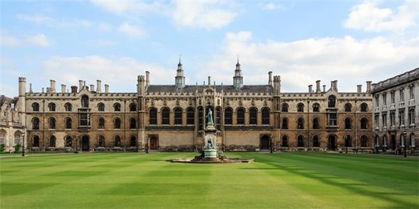 Đại học Cambridge, nước Anh ở vị trí thứ 4.