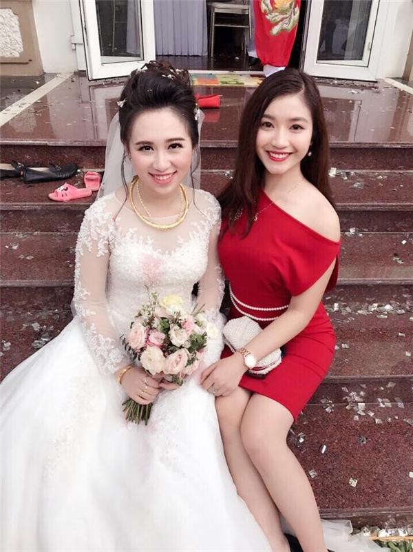 Cô dâu xinh đẹp chụp hình cùng bạn bè.(Ảnh: NVCC)