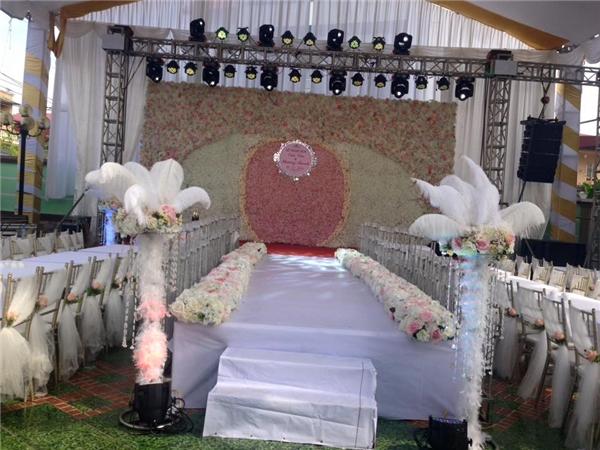 Không gian tổ chức tiệc cưới rộng 500m2 cũng chính là sân nhà của chú rể.(Ảnh: NVCC)