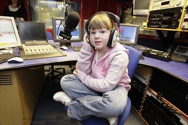 Elaina là phát thanh viên nhỏ tuổi nhất khi chỉ mới lên 7.
