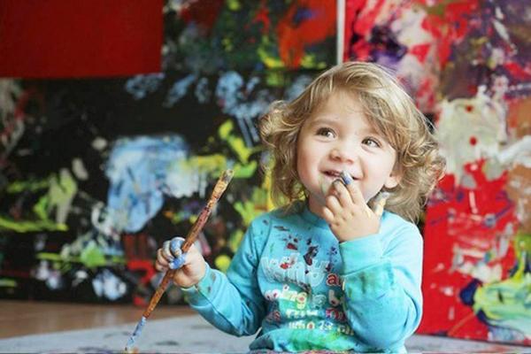 Khi mới 2 tuổi,Aelita đã có tác phẩm tranh được treo tại cuộctriển lãm danh tiếng.