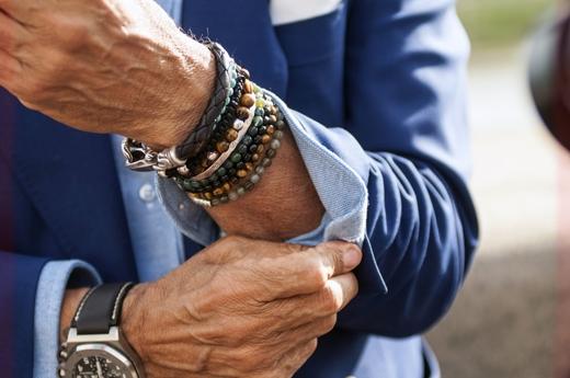 Đeo quá nhiều trang sức trông bạn sẽ giống một cái móc treo đồ không hơn.