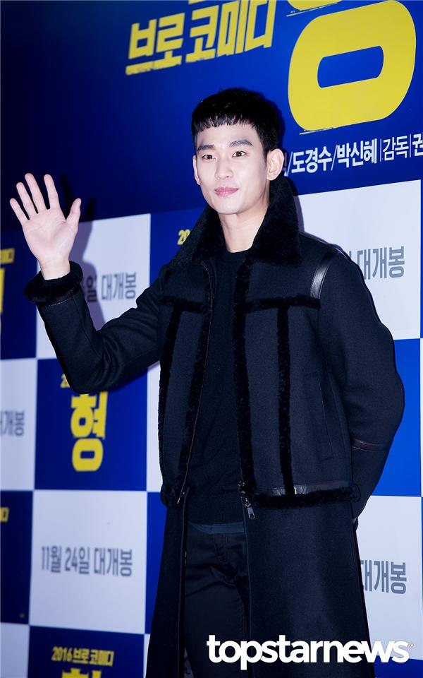 """Nổi bật nhất trong dàn khách mời có lẽ là sự xuất hiện của """"Cụ giáo"""" Kim Soo Hyun. Anh diện mái tóc cắt ngắn """"ngố tàu"""" và gương mặt điển trai nhưng có phần hốc hác có lẽ do quá trình giảm cân."""