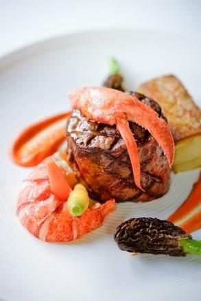 Sự kết hợp hảo hạng của Thăn Nội Bò Wagyu Nhật và Tôm Hùm Canada sẽ mang đến cho bạn một trải nghiệm ẩm thực khó quên.