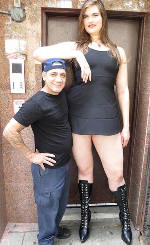 Khi chụp hình cho Amazon, Aly tạo dáng bên cạnh một người đàn ông khiến anh ta trông thật nhỏ bé.